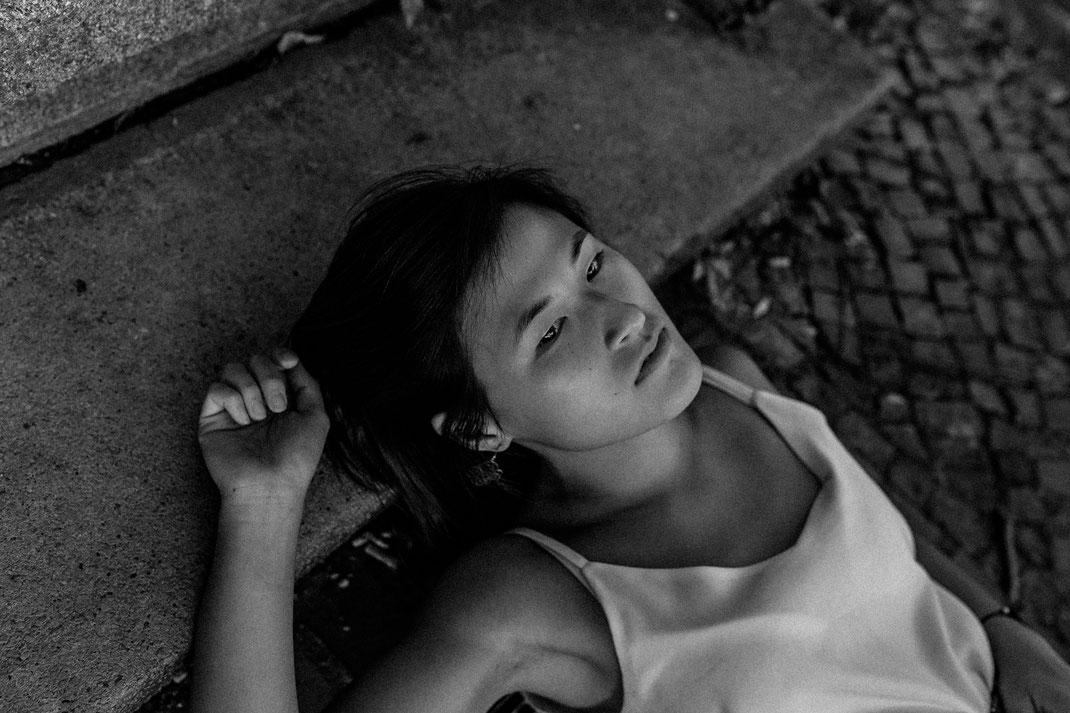 authentische alternative Portrait Fotografie Berlin Nadine Kunath Fotografin  Rummelsburg Schöneweide Abendlicht letzte Sommertage schwarz weiß melancholie