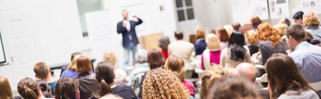 Auf Belegschaftsversammlungen sind Bilder ein geeignetes Mittel, um die Krise im Unternehmen zu verdeutlichen.