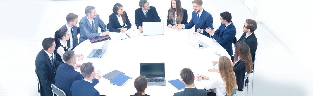 Der obere Führungskreis sitzt regelmäßig zusammen, um über den aktuellen Stand der Krisenbewältigung zu informieren.