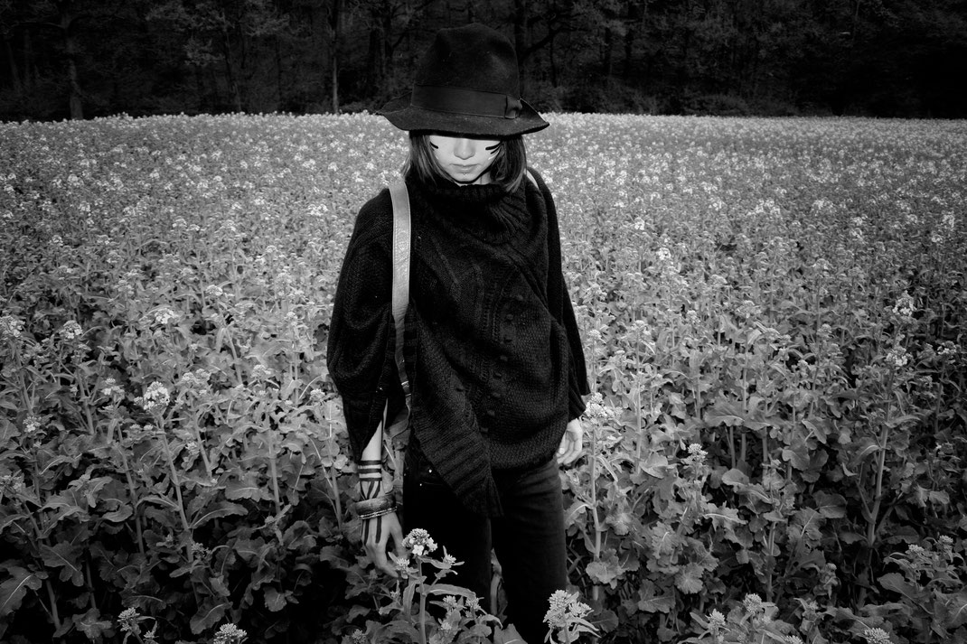 dreamer woman wild nature earthling laura deberle photography wanderer shooting fotografie babe portrait portraiture