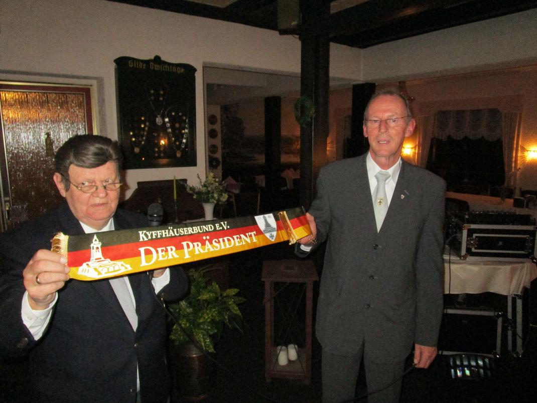 Bundesschießwart Walter Brosche (li.) überreicht ein Fahnenband des Kyffhäuserbundes an den 1. Vorsitzenden Roland Koch