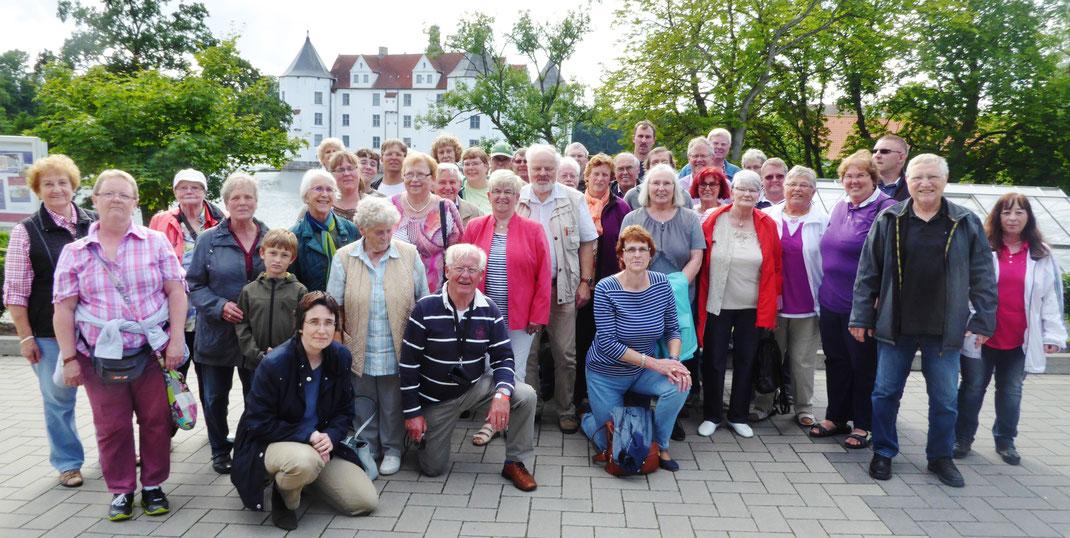 Die Ausflugsgruppe vor dem Schloß Glücksburg