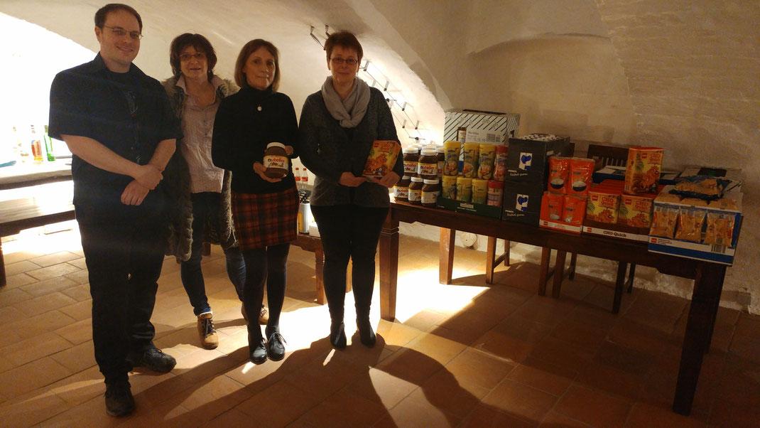 Schießwart Thomas Rehder und 1. Vorsitzende Marieta Will übergeben die Lebensmittel an Elke Boller und Bettina Helm von der Tafel