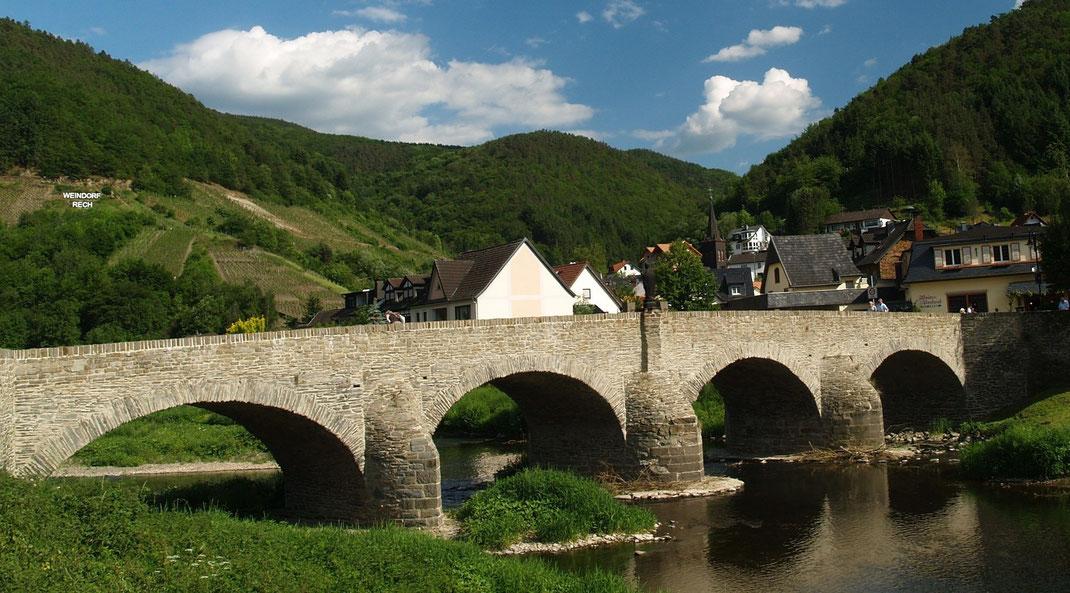 Die St. Nepomuk Brücke aus dem 18. Jahrhundert am Rotweinwanderweg an der Ahr