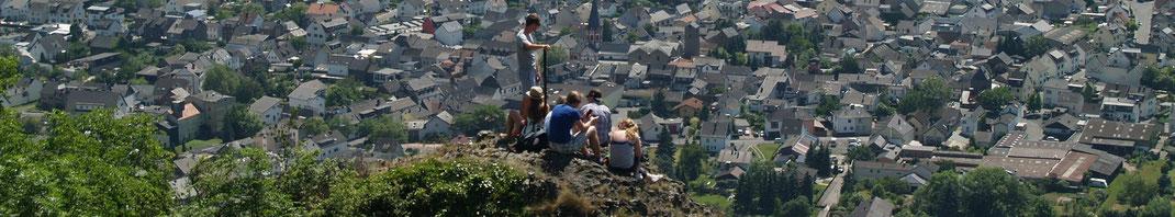 Die Heimersheimer Landskrone bietet auf der Burgruine tiefe, steile und weite Aussichten am Rotweinwanderweg.
