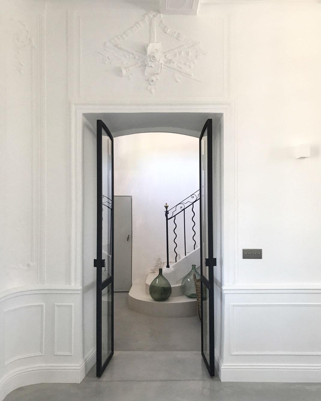 bertrand guillon architecture - architecte - marseille - BASTIDE AV - rénovation - intérieur - interiordesign - AIX-EN-PROVENCE - bastide - entrée - haut de gamme - luxe - luxury home - béton poli - béton ciré - escalier - verrière - moulures