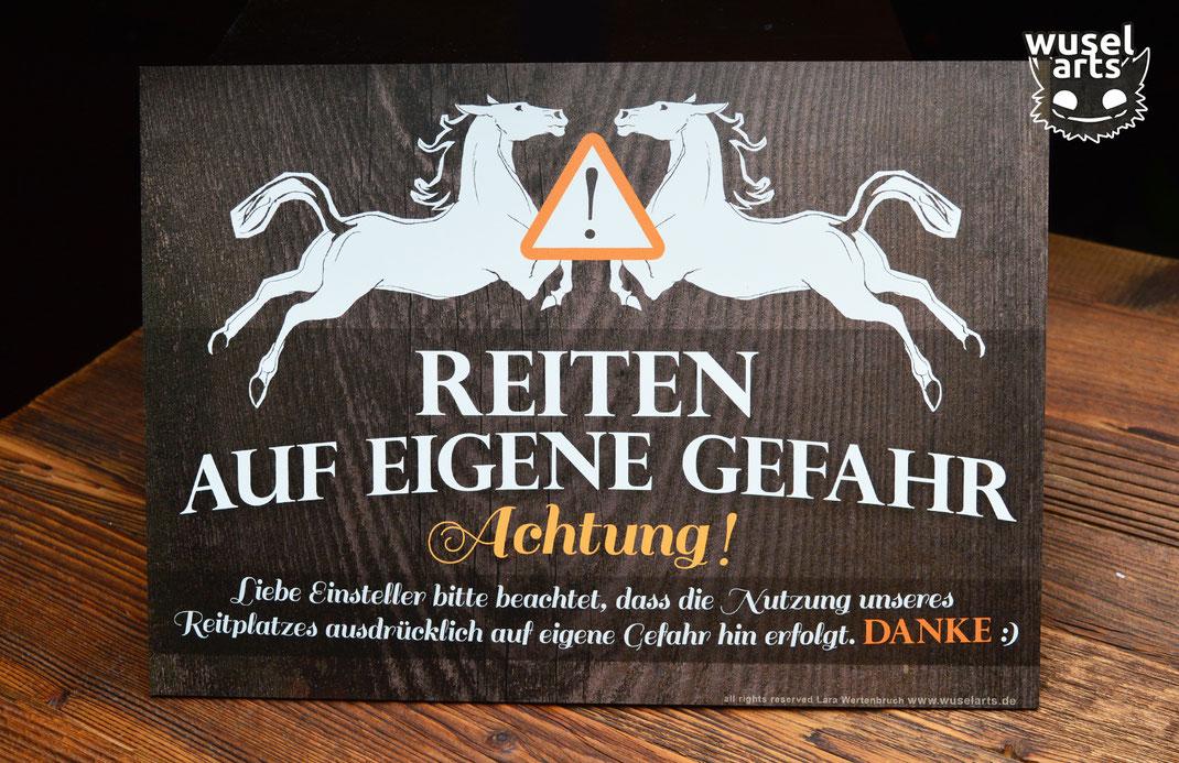 """""""Reiten auf eigene Gefahr!"""" Schild für den Reitplatz informiert Einsteller über Nutzung des Reitplatzes"""