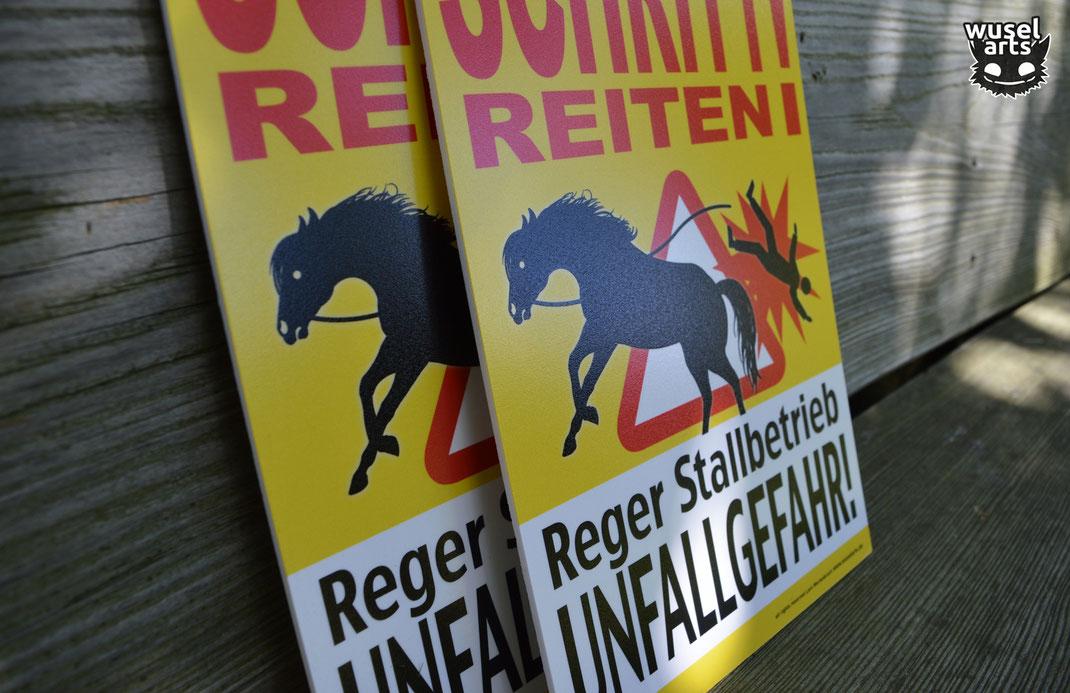 Reger Stallbetrieb Unfallgefahr Schild Pferdestall
