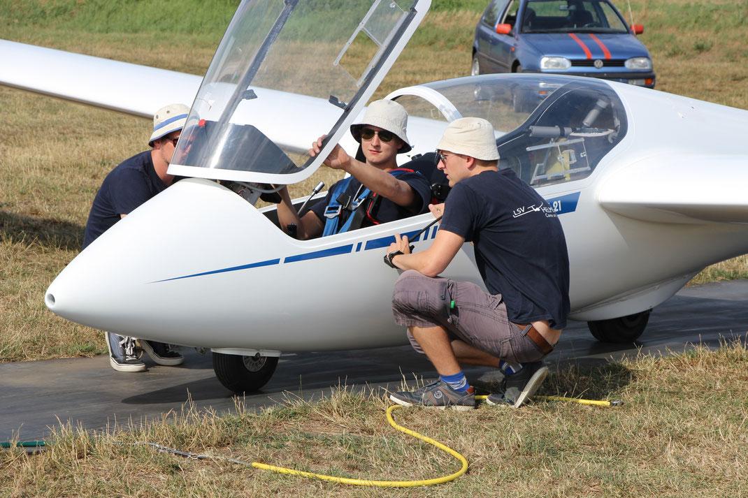 Kurz vor dem ersten Alleinflug: Fluglehrer Thilo Glaser (links) und Steffen Albecht (rechts) geben letzte Hinweise.