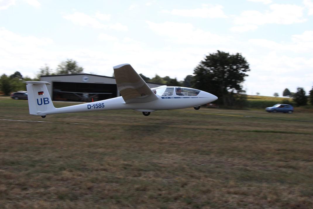 Unser Schulflugzeug, die ASK 21, mit Steve und Steffen beim Start an der Winde.