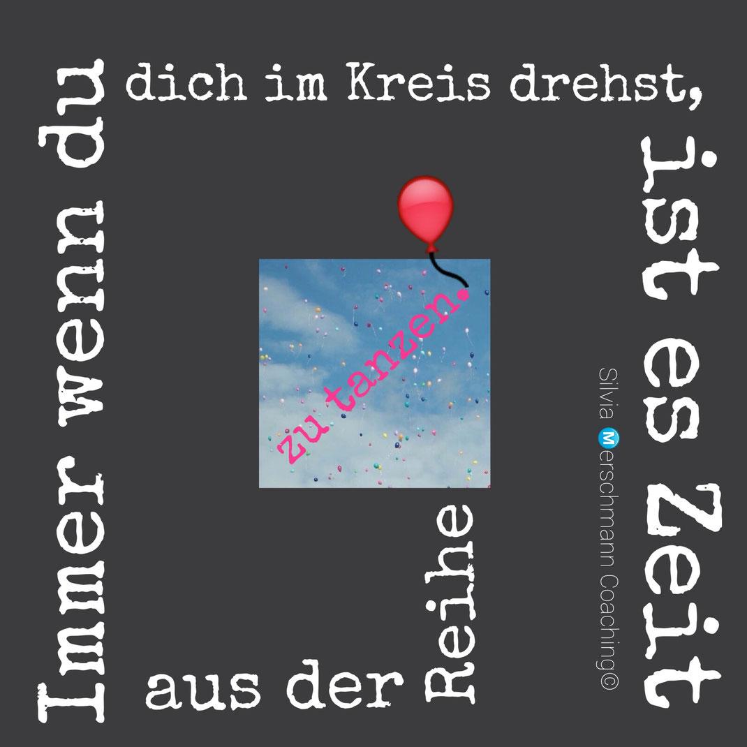 Roter Luftballon auf dunklem Hintergrund mit Text.