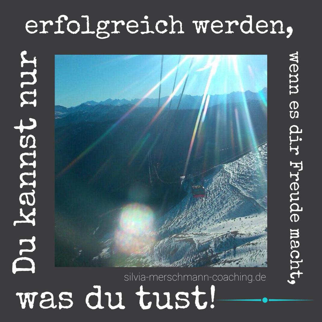 Eine Berglandschaft mit Schnee und Text.
