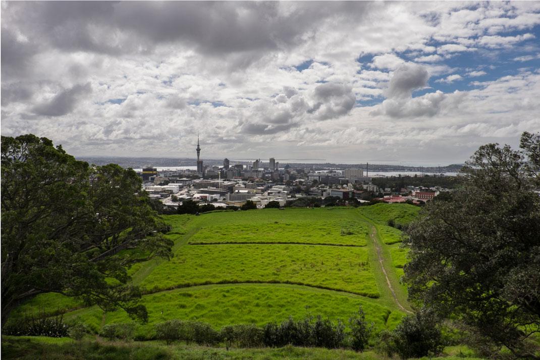 Aussicht vom Mt. Eden auf das Zentrum Aucklands und seinen Fernsehturm