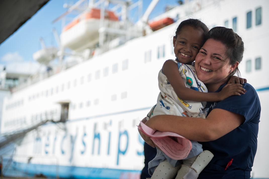 Mercyships bietet Menschen in Entwicklungsländern ehrenamtlich eine kostenlose medizinische Versorgung