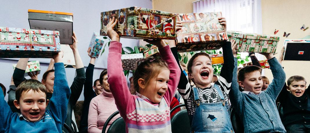 Kinder in Not erhalten kostenlos Weihnachtspäckchen