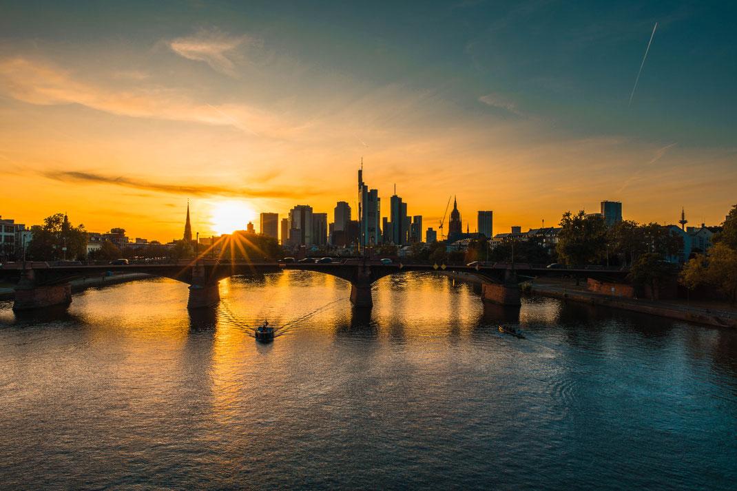 Stadtlandschaft von Frankfurt am Main bei Sonnenuntergang kostenlos herunterladen