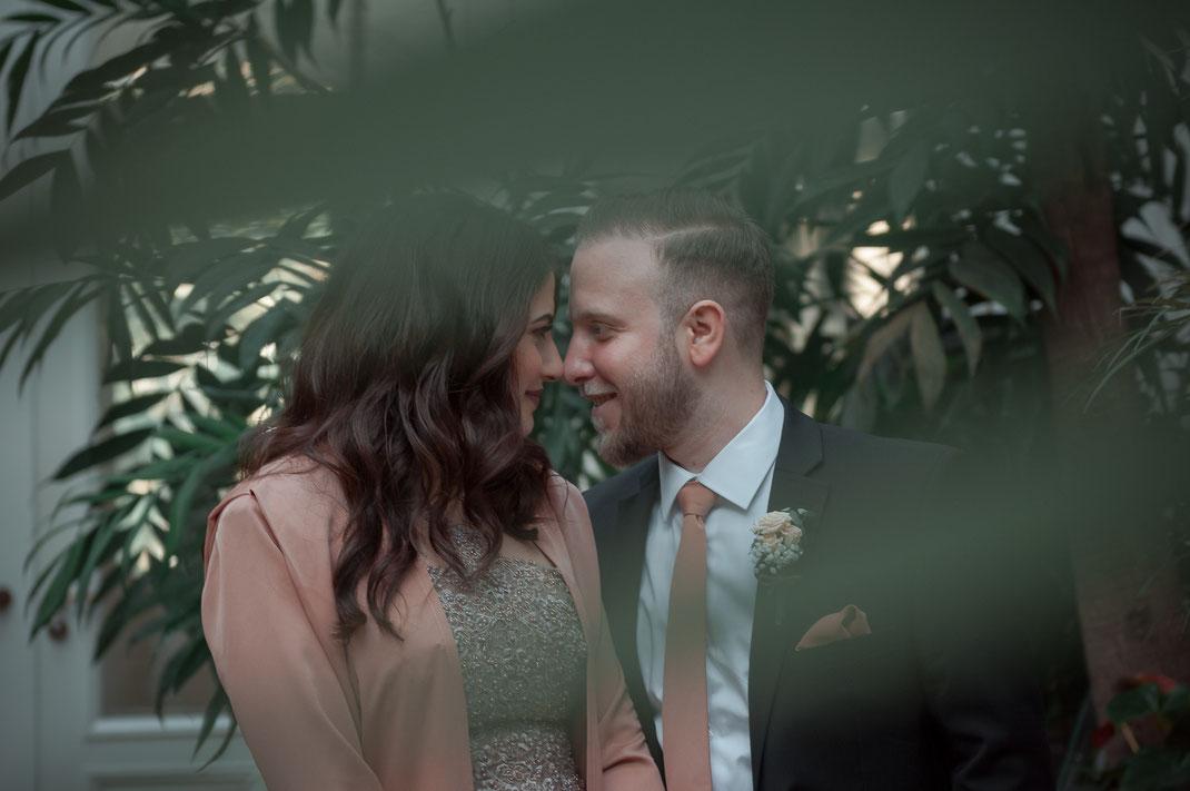 Nach den ersten Schnappschüssen haben Sie bereits die Einstellungen überprüft und an die Lichtverhältnisse angepasst. Als Nächstes bitte ich das Paar sich ganz langsam und liebevoll zu nähern. Vermeiden Sie das Küssen.