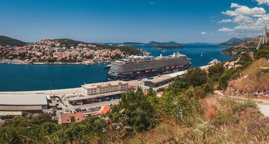 Panorama Blick auf den TUI Kreuzfahrtschiff im Hafen von Dubrovnik und auf der gegenüberliegenden Babin Kuk