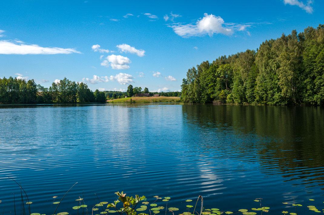 Märchenhafte Landschaft von Litauen und ein eigenes Haus am See mitten im Naturschutz als Wandposter kaufen oder kostenlos lizenzfrei herunterladen
