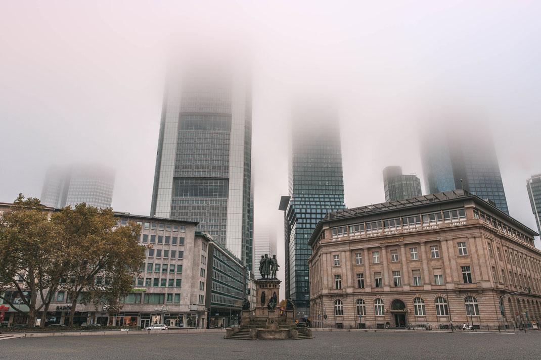 Gutenberg-Denkmal Frankfurter Wolkenkratzer im Nebel kostenlos herunterladen