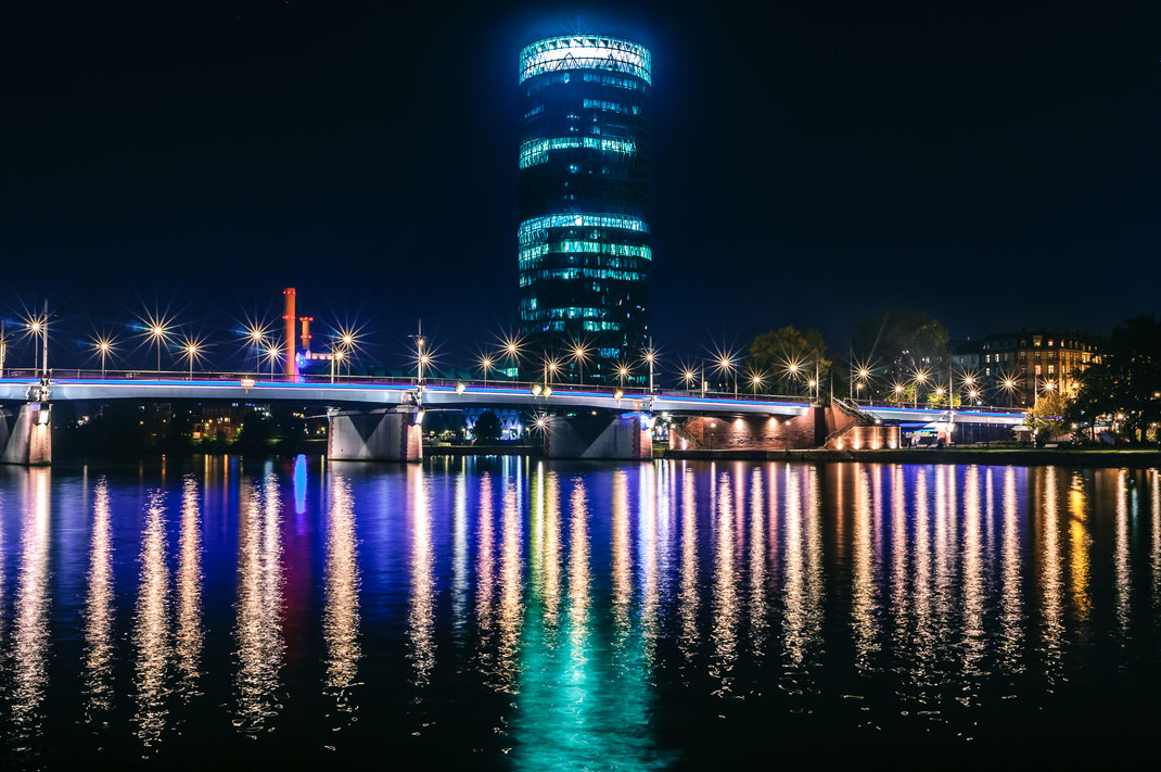Nachtfotografie - Westhafen Tower in Frankfurt am Main bei Nacht