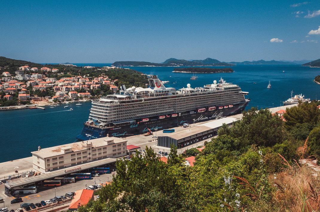 TUI Schiff Luxusliner im Hafen von Dubrovnik in Kroatien Meer Adria Touristenliner Touristenschiff Cruise Urlaub Holiday Weltreise Reise Schiffsreise reisen Schiffskapitäne Stadt Altstadt Panorama Stadtpanorama Landschaft