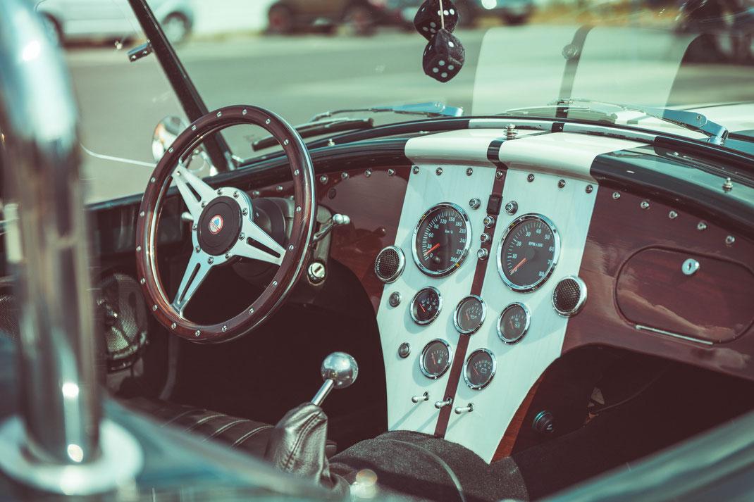 Innenraum Interior von Ford Cobra 427 Oldtimer Sportwagen Fahrzeug Technik Retrofahrzeug Retroauto Retroautomobile Sammlerfahrzeug Sammlerauto Sammlersportwagen Auto Fahrzeug Fahrzeuge Fahrzeugfotografie Fahrzeugaufnahmen Kfz-Fotografie