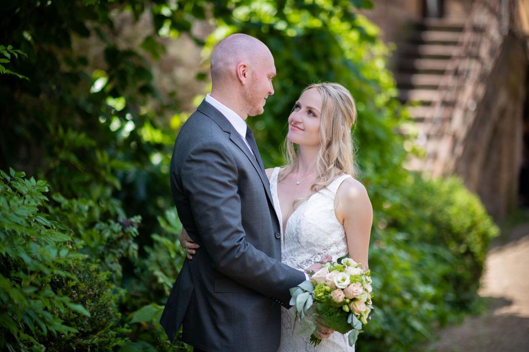Ihr Hochzeitsfotograf für Hochzeitsfotos während der Trauung und Brautpaarshooting im Rosengarten in Klingenberg am Main