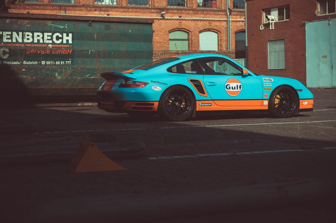Porsche 997 Sportwagen in GULF Folierung Le Mans Farben Sportwagen Fahrzeug Technik Sammlerauto Auto Rennwagen Handschalter 9FF Klappenauspuff Turbos Ladeluftkühler Software Bilstein Fahrwerk OZ Superleggera Felgen