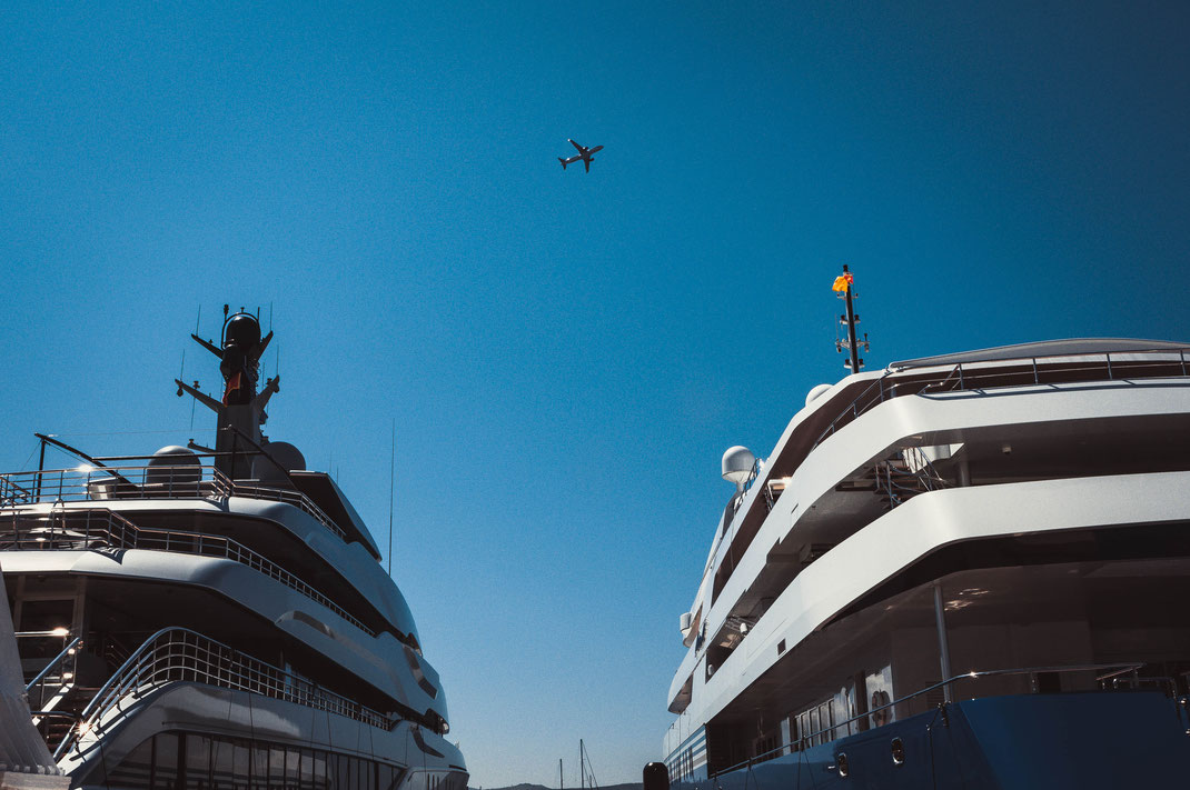 Luftfahrt und Schifffahrt treffen aufeinander Flugzeug Flughafen Tivat Hafen Jachten Boote Luxusjachten Luxusboote Technik Reisen Urlaub Holiday Urlaubsreise Schiffsreise Flugzeugreise Adria Montenegro