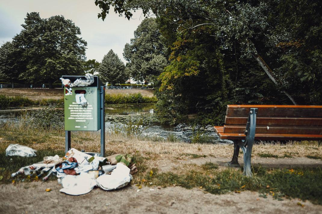 Warum stellt man eigentlich einen 10 Liter Mülleimer hin? Damit man dann den Dreck und Müll vom Boden aufsammelt?