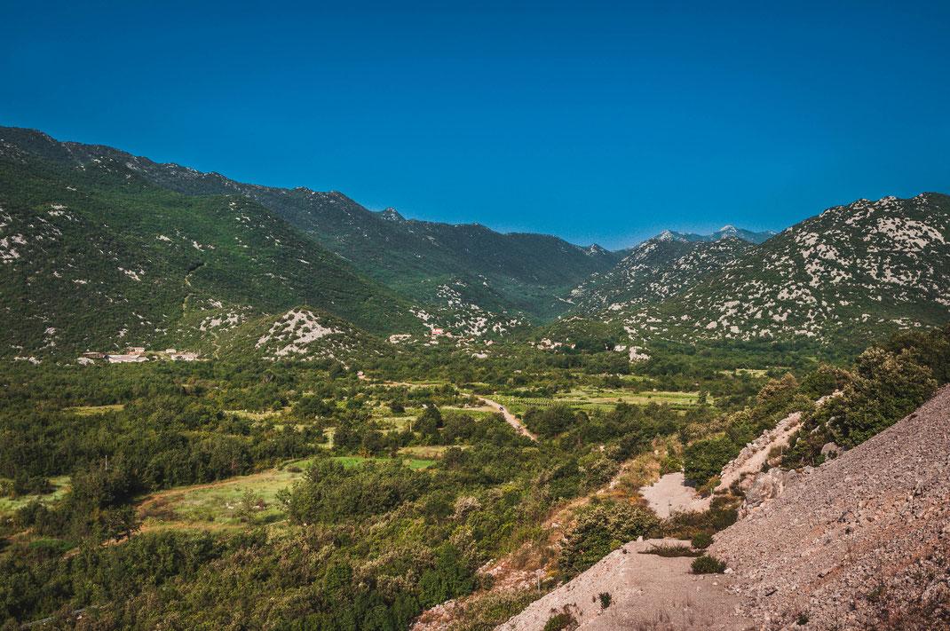 Kroatiens unendliche Berge und Berglandschaft am Meer kostenlos herunterladen