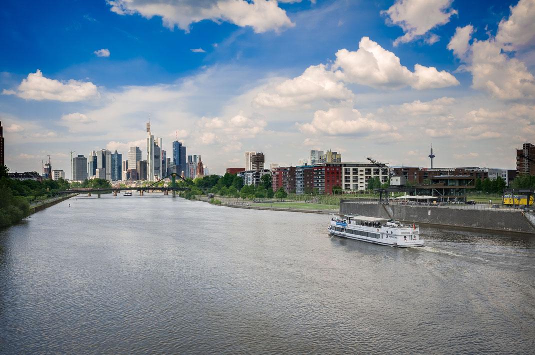 Frankfurt bietet wie jede andere Großstadt vielfältige Motive nicht nur für Fotografen, sondern für jeden Besucher dieser Stadt. Ich weiß nicht wie es den anderen geht, aber weil ich in einer Großstadt geboren und aufgewachsen bin, zieht es mich immer wie