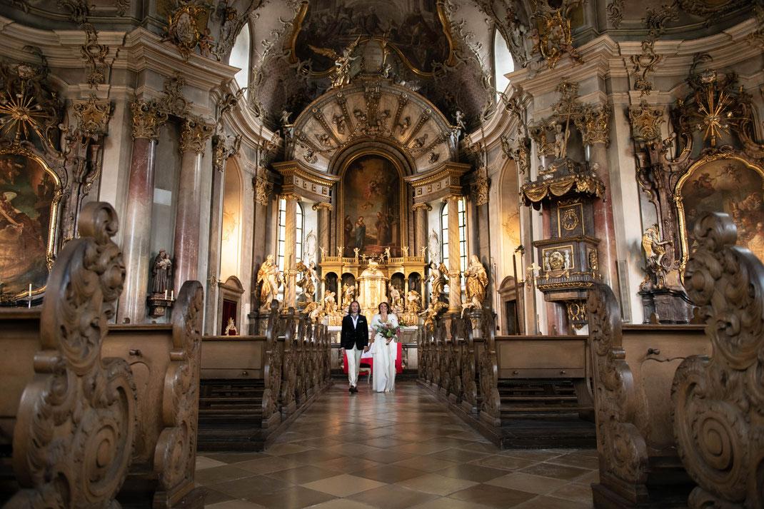 Hochzeitsfotograf für kirchliche Trauung in der Keppele in Würzburg. Gruppenaufnahmen und Familienfotos mit anschließendem Shooting in der Location.