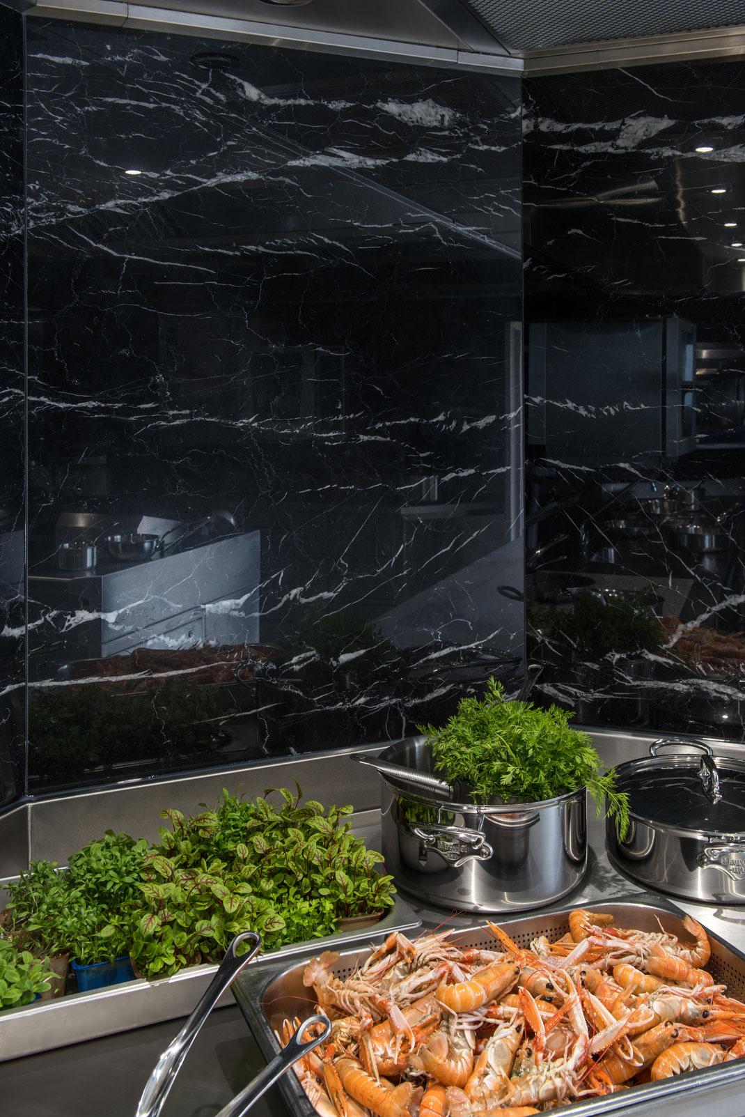 Cuisine inox avec habillage des murs en marbre noir et sol en terrazzo - Le Donjon Domaine Saint Clair - Etretat - France