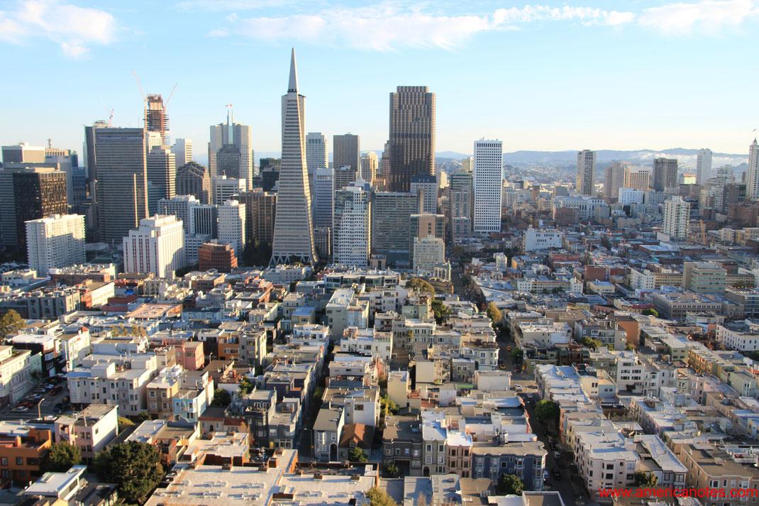 Sehenswürdigkeiten und Reisetipps San Francisco. Blick vom Coit Tower auf Downtown San Francisco und die Transamerica Pyramid.