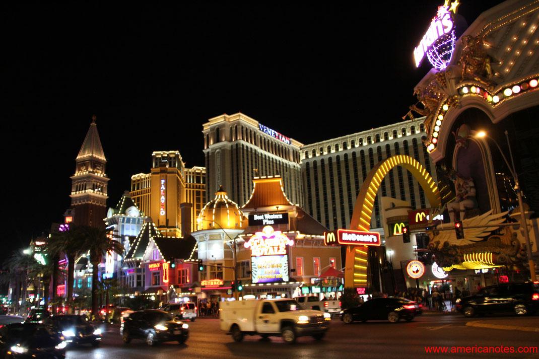 Sehenswürdigkeiten und die Wüstenlandschaft von Nevada. Las Vegas Boulevard.