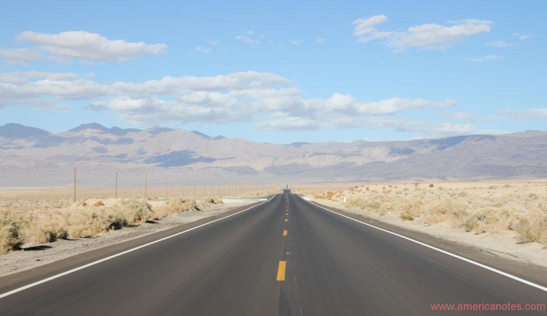 Mit dem Mietauto durch die USA reisen: Tipps und Informationen. Strasse in der Nähe des Death Valley Nationalpark.
