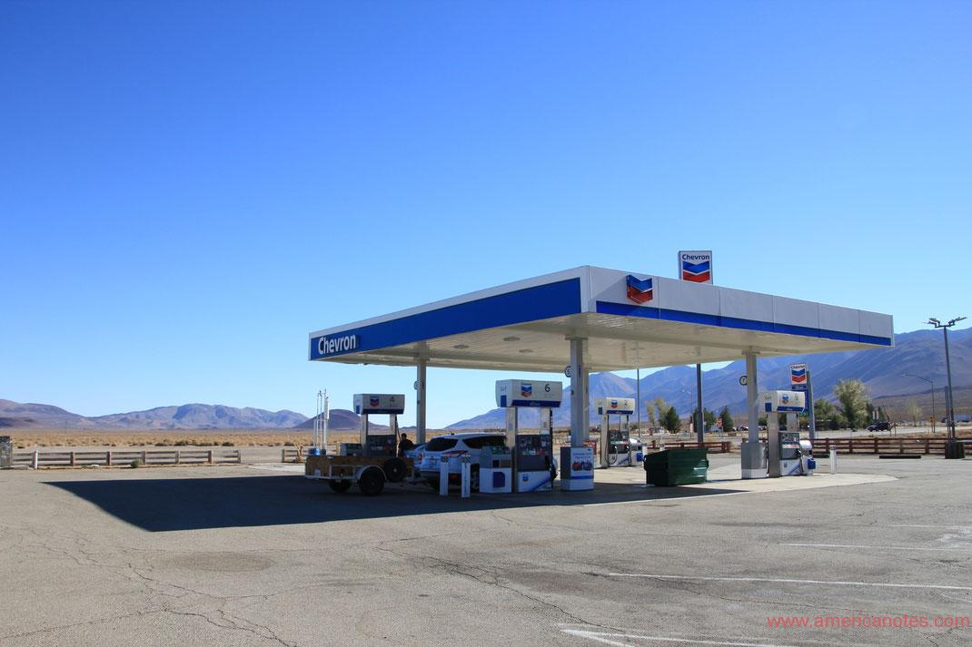 Tipps zum Tanken in den USA. Tankstelle von Chevron in der Nähe des Death Valley Nationalparks