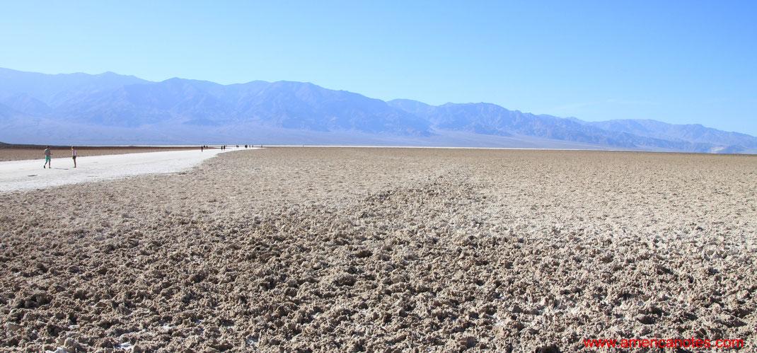 Sehenswürdigkeiten und Reisetipps im Death Valley Nationalpark. Badwater Basin.