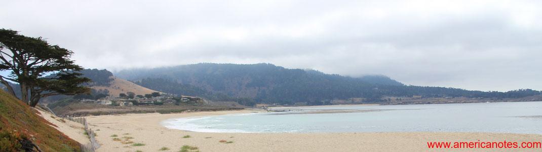 Blick entlang des Strandes von Carmel-by-the-Sea, Monterey Halbinsel, Kalifornien, USA