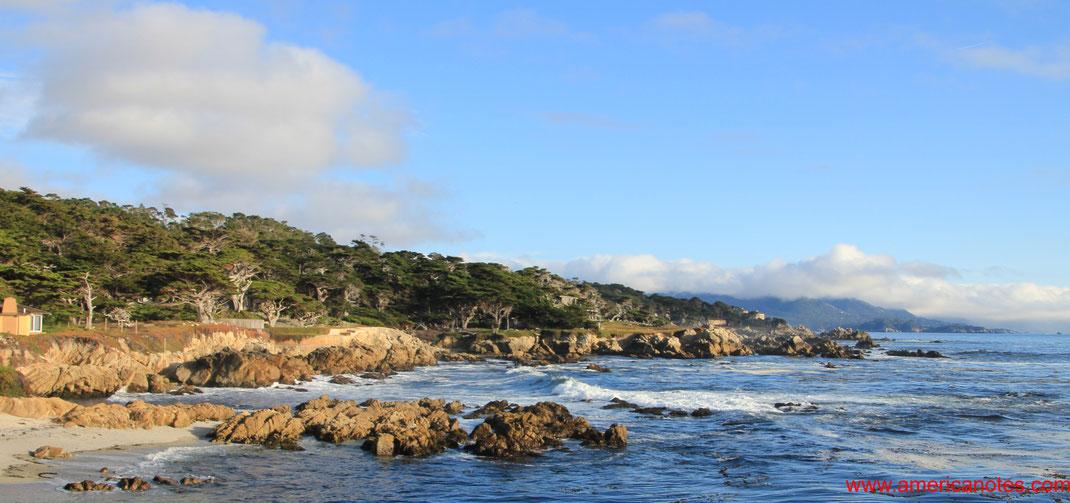 Blick entlang der Küste am 17-Mile Drive auf der Monterey Halbinsel, Kalifornien, USA