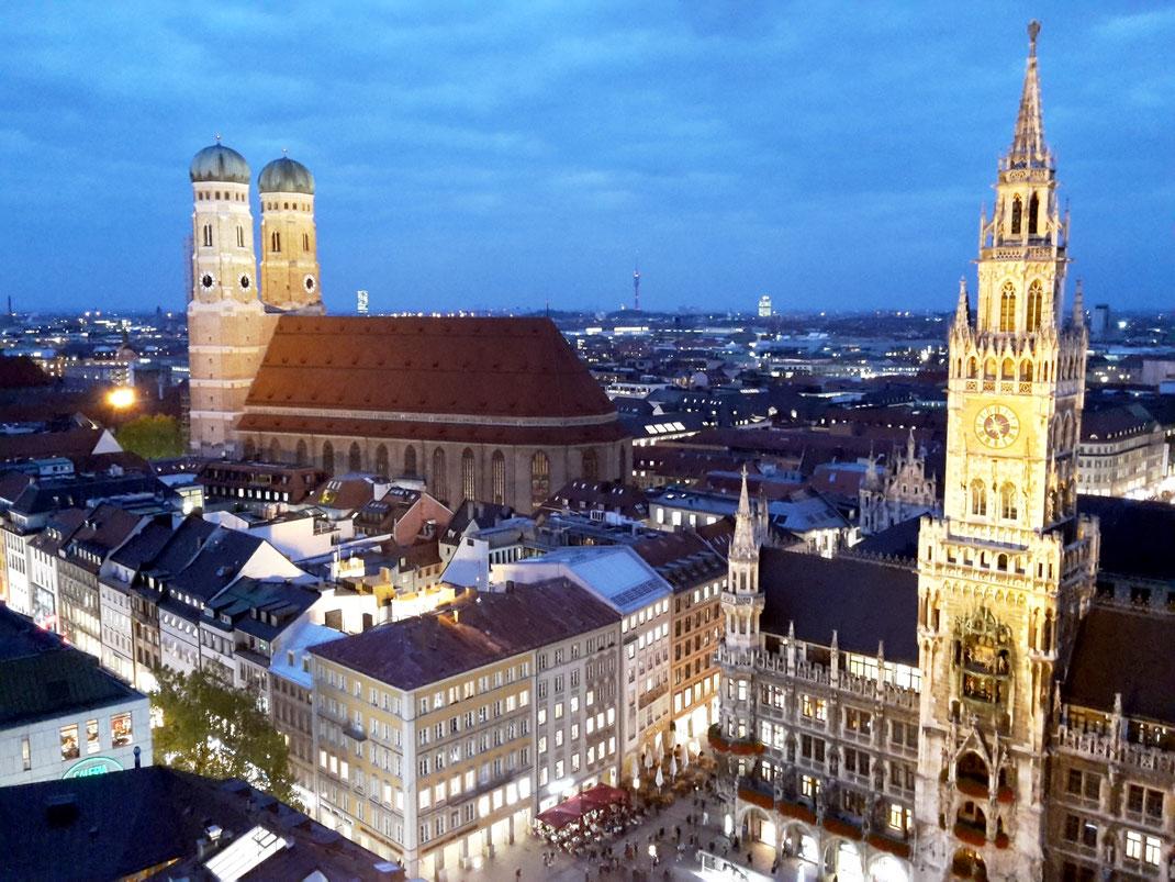 """Abendliches München mit Frauenkirche und Neuem Rathaus vom """"Alten Peter"""" aus gesehen"""