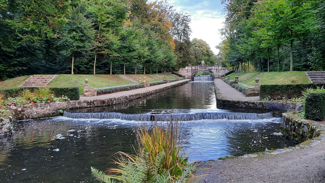 Der lange Kanal mit Wasserspielen und Skulpturen