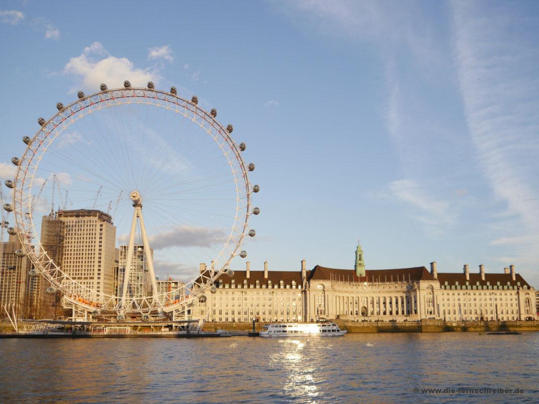 """London Eye (oder """"Millennium Wheel"""") mit County Hall - dem früheren Verwaltungssitz Londons - nebenan"""