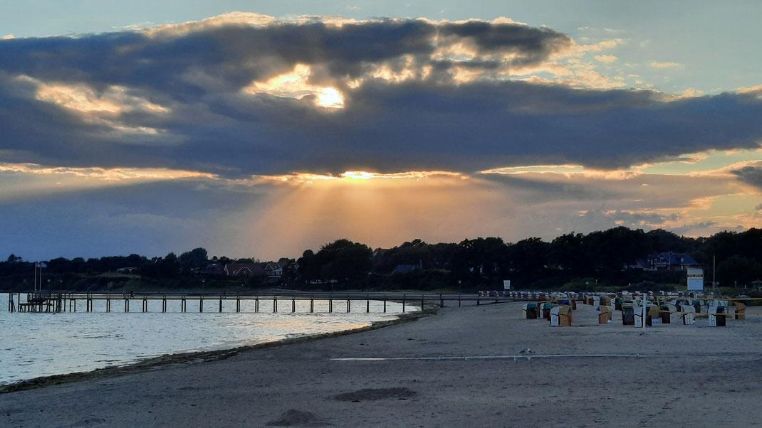 Abendstimmung an der Seebrücke in Pelzerhaken mit Regen, Wind und Sonne den ganzen Tag über