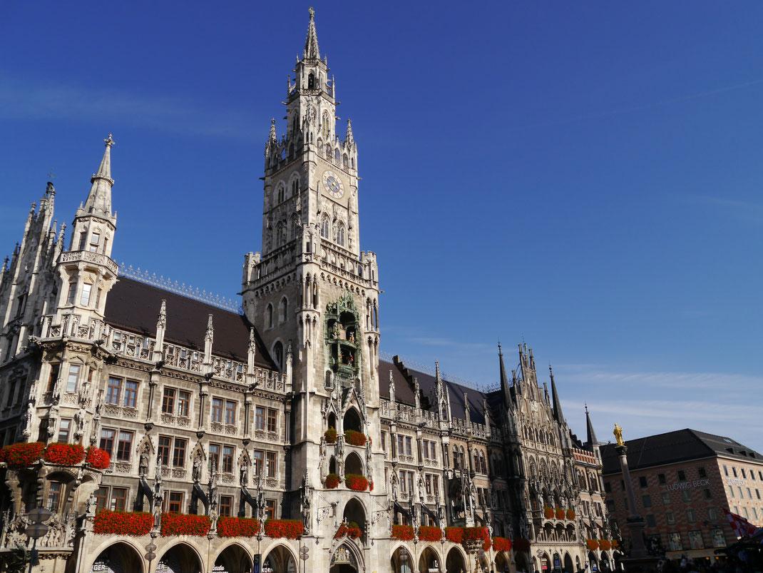 Das imposante Neue Rathaus von München im neugotischen Stil (kaum zu glauben, dass es November ist...)