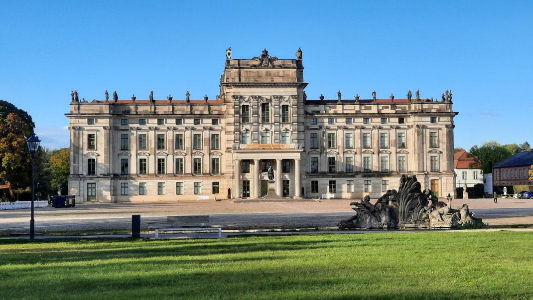 Schloss Ludwigslust als Landresidenz der Herzöge von Mecklenburg-Schwerin (Vorderansicht)