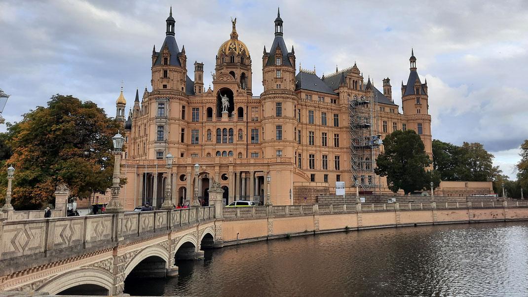 Das Schweriner Schloss mit dem Abgeordneteneingang von der Altstadt aus gesehen