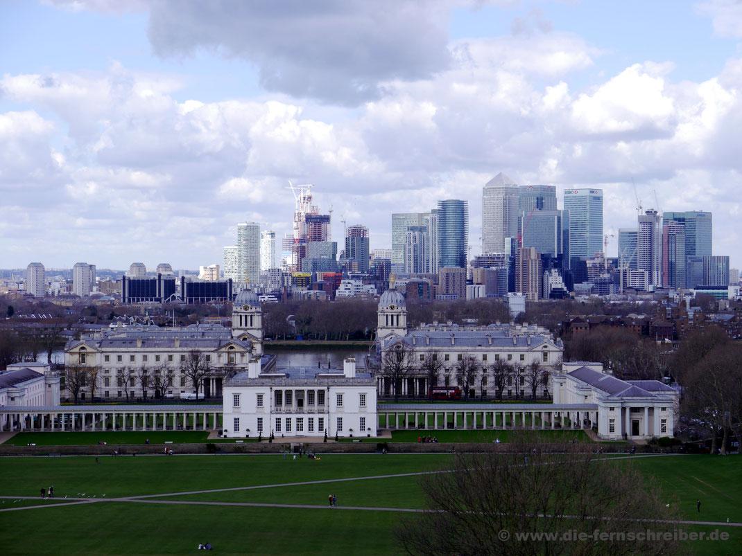 Skyline von London hinter der Themse mit Queen's House im Vordergrund